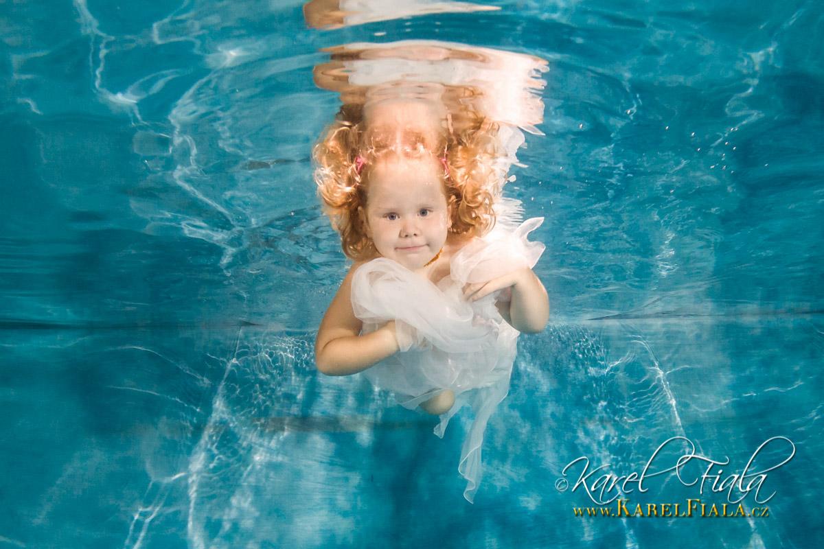 Šťastné dítě se potápí pod vodu