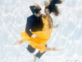 muž a žena tancují pod vodoní hladinou