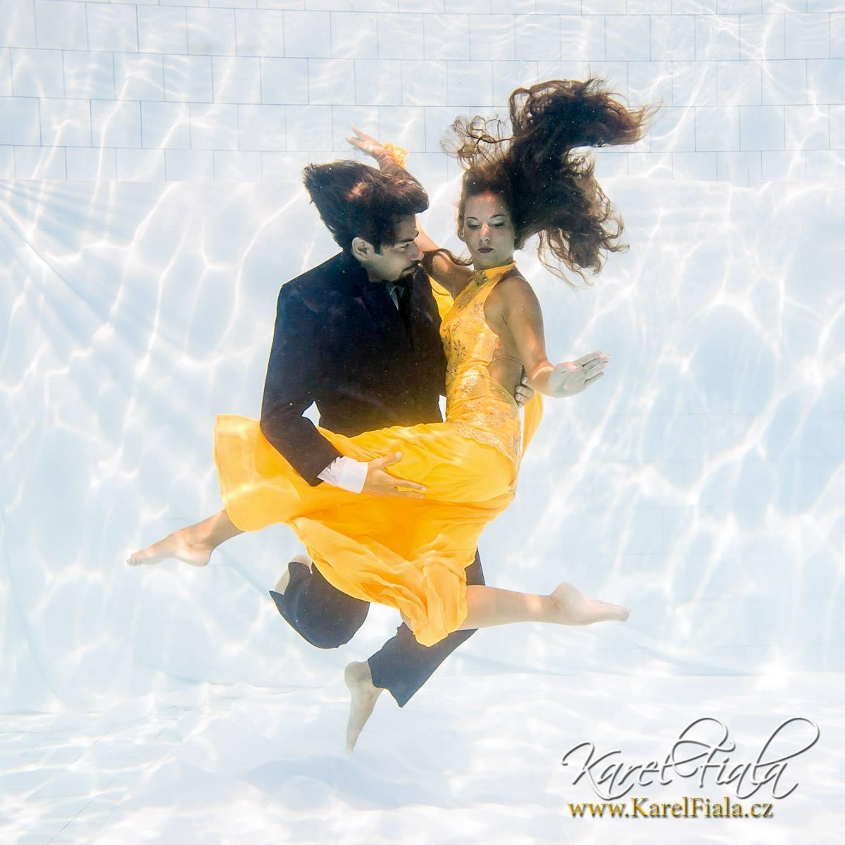 muž ažena tancují pod vodoní hladinou