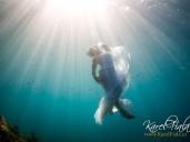 svatební foto v moři pod vodní hladinou