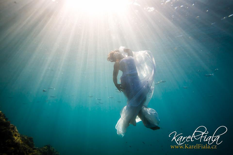 svatební foto vmoři pod vodní hladinou