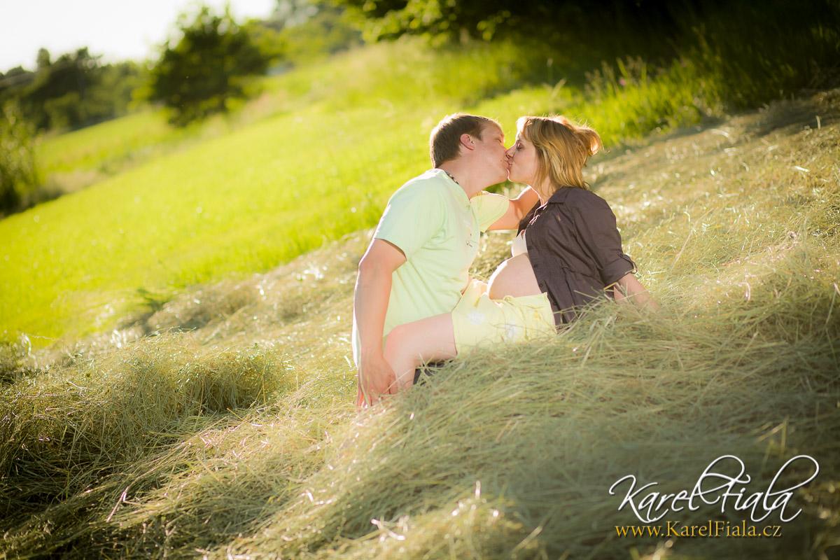 těhotenské fotografování spartnerem vpřírodě
