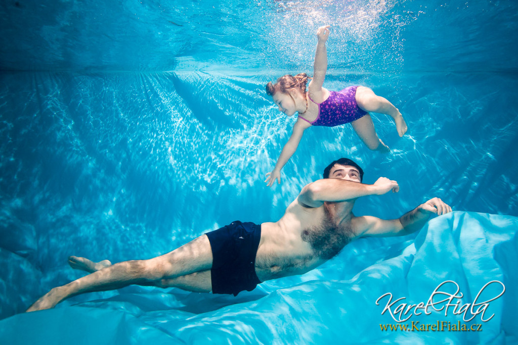 tatínek sdítětem pod vodou