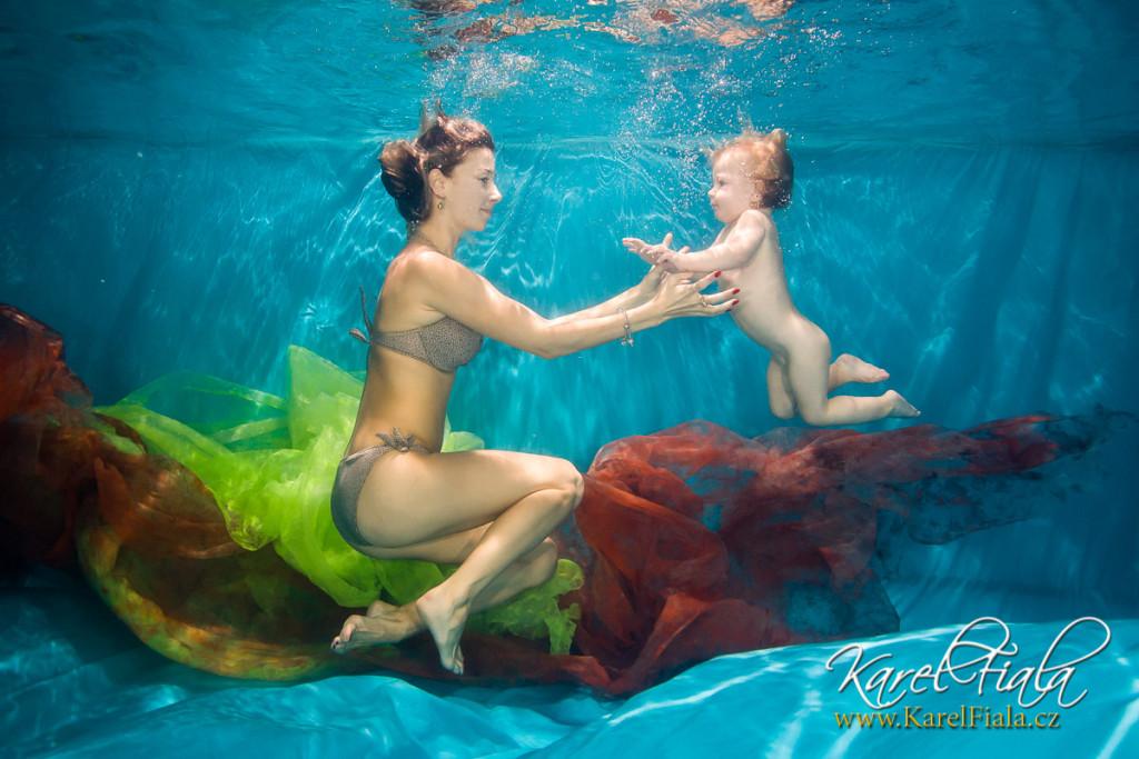 matka adítě pod vodou