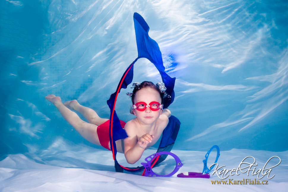podvodní focení v plavecké škole dítě pod vodou fotograf pod vodou