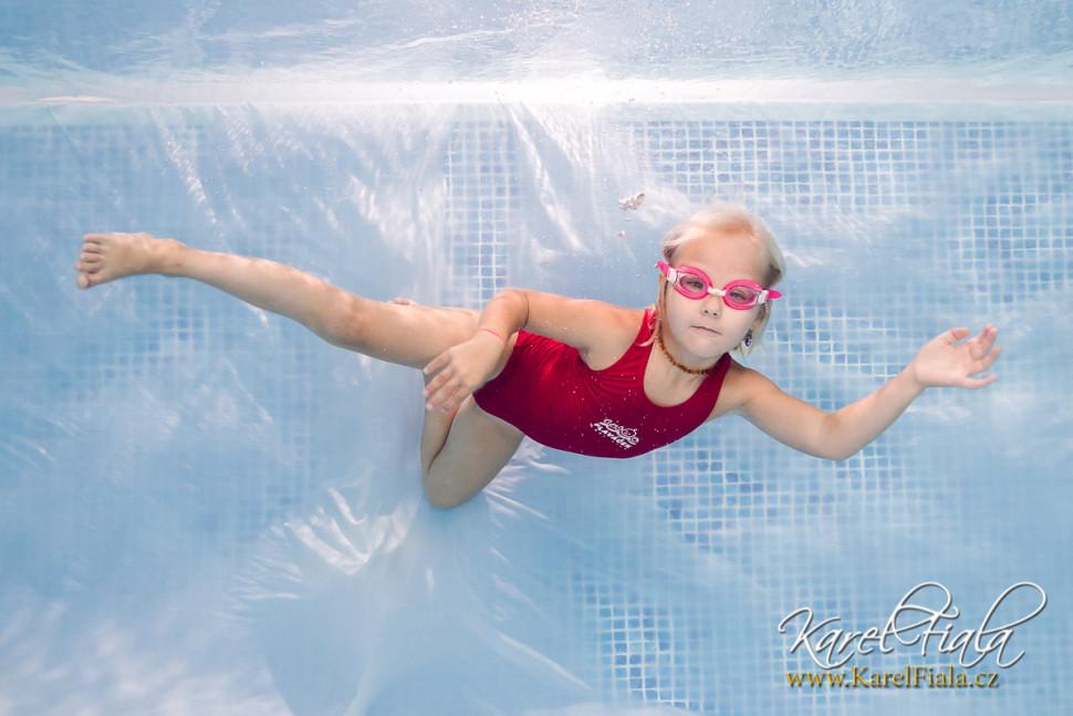 podvodní focení vplavecké škole dítě pod vodou fotograf