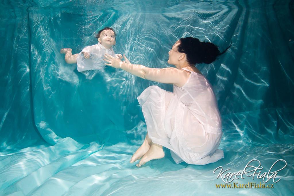 Podvodní fotograf vyfotil matku sdítětem pod vodou