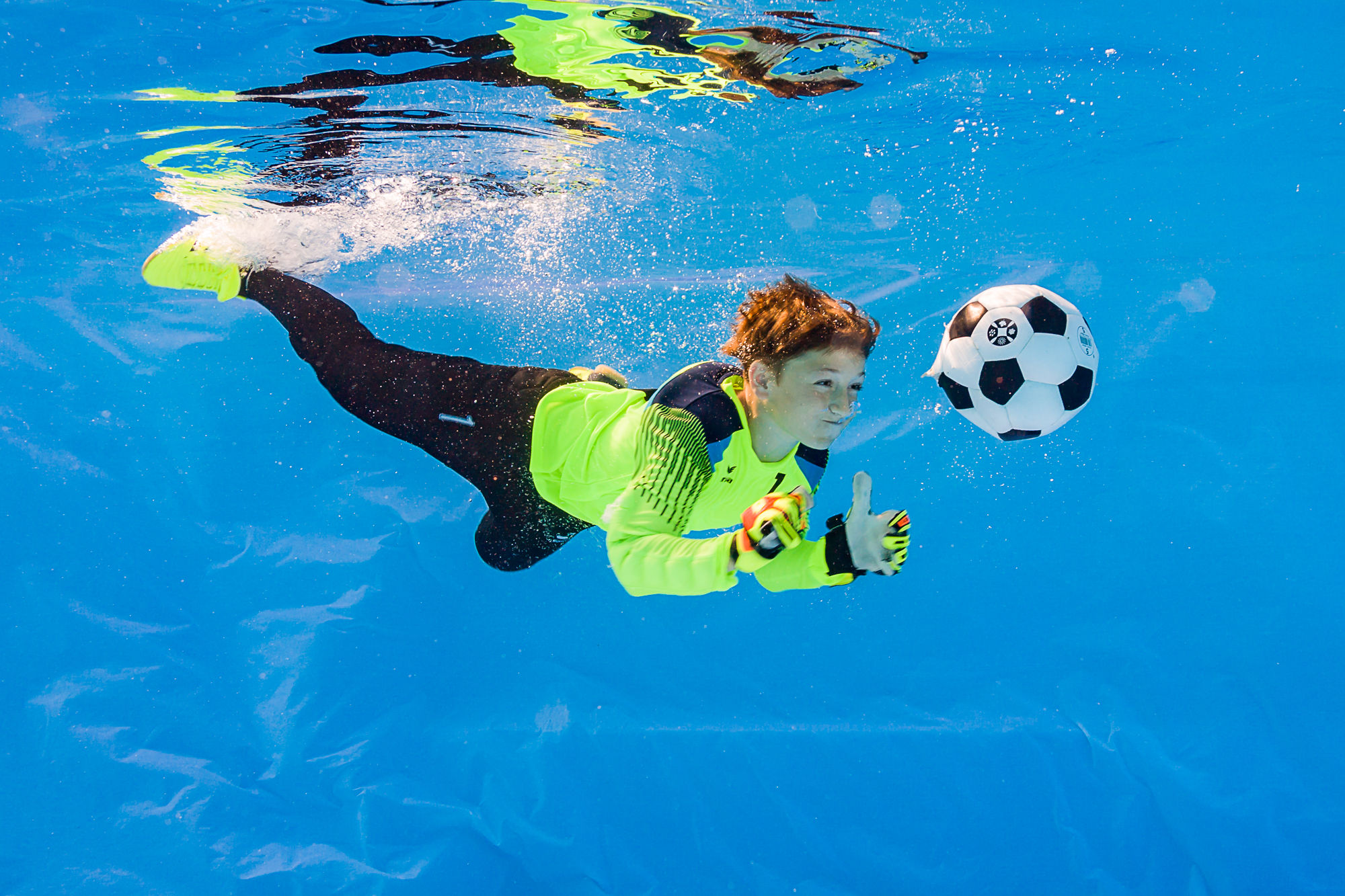 Fotbalový brankář pod vodou