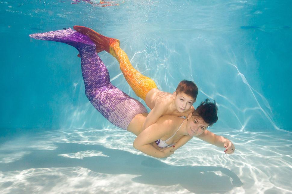 Focení pod vodou ave vodě vkostýmech mořské panny