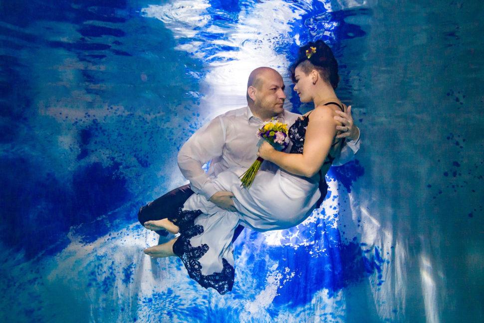 Originální netradiční svatební focení pod vodou